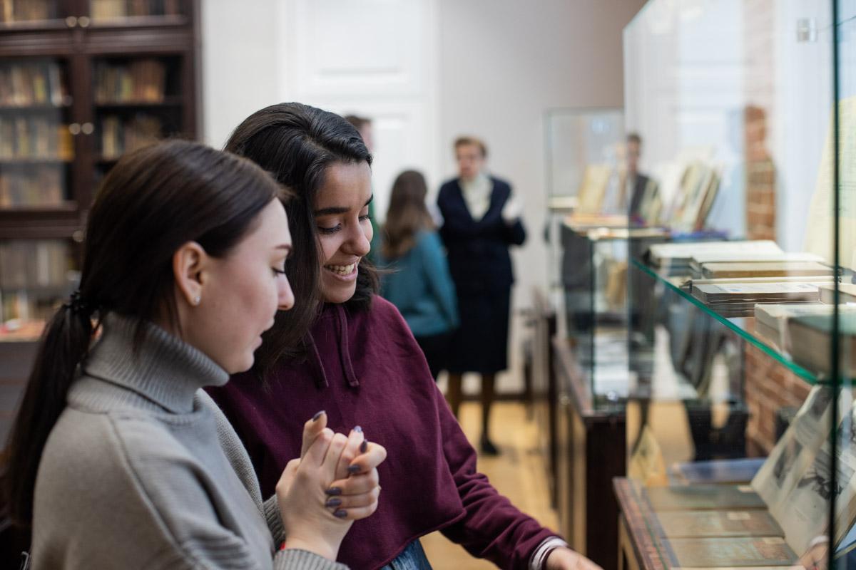 Библиотека Мининского университета представляет выставку ко Дню матери