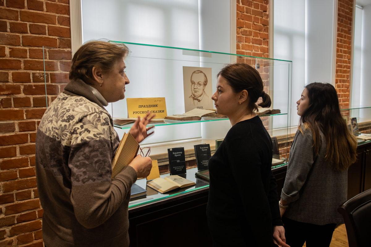 Библиотека Мининского университета подготовила виртуальную выставку «Учитель – писатель, писатель – учитель»