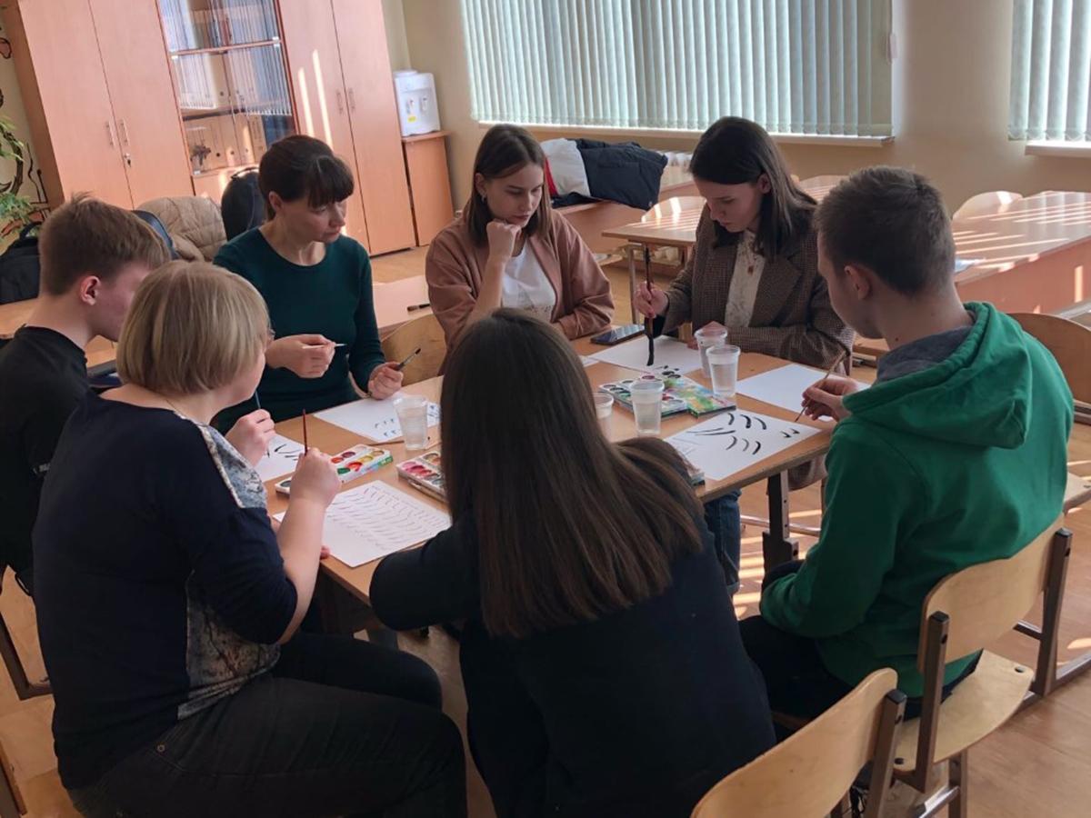 25 марта  представители студобъединения «Future LaoShi» провели мастер-класс по китайской каллиграфии для школьников