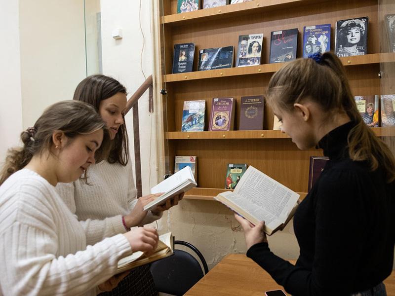 Библиотека Мининского университета представляет виртуальную  выставку «День рождения – осенью. Писатели – юбиляры осени 2020 года»