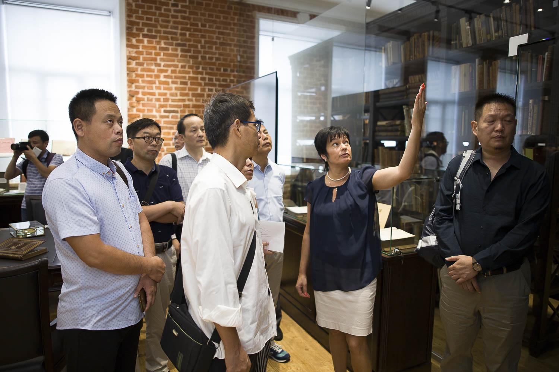 Китайская делегация посетила Зал редкой книги фундаментальной библиотеки Мининского университета