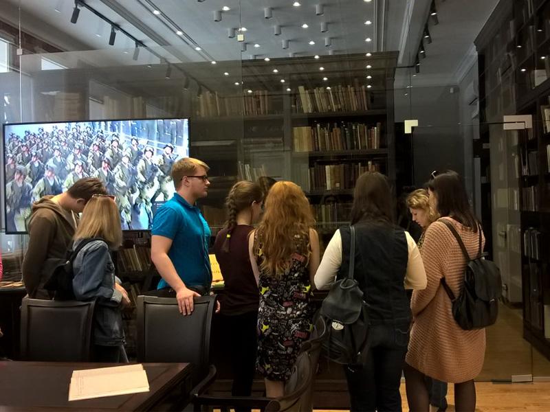 В рамках празднования Великой Победы библиотекой была подготовлена и проведена выставка «Сражающаяся книга»