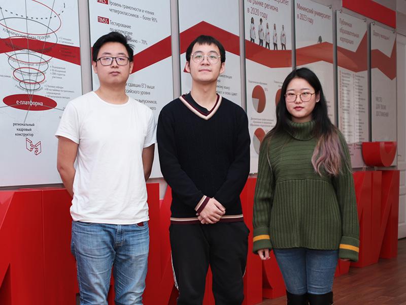 Три студента из Сианьского университета перевода изучали русский язык в Мининском университете в течение одного семестра
