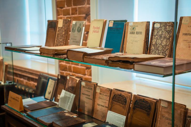 В зале редкой книги открылась книжная выставка «Учитель, перед именем твоим…», посвященная Дню Учителя